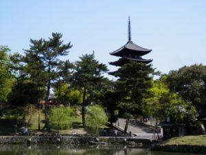 奈良県の猿沢池と五重塔