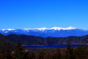 富士河口湖町の本栖湖と南アルプス