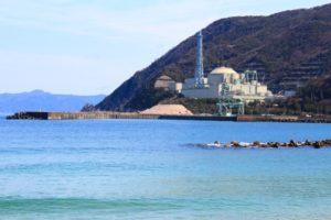 美浜町の海岸線と高速増殖炉もんじゅ