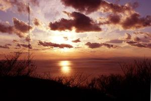 美浜町の海岸線の夕景