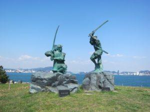 巌流島の武蔵と小次郎像
