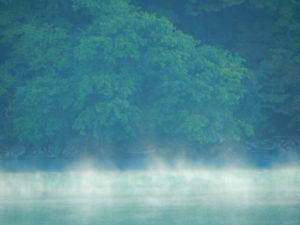 霧に包まれた御岳湖