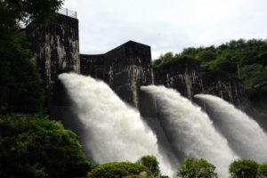 観音寺市 豊稔池ダムの放水