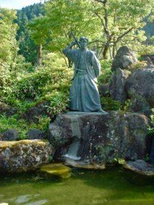 小次郎公園の佐々木小次郎像