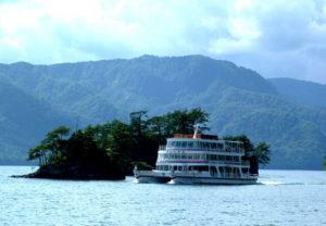 十和田湖に浮かぶ遊覧船