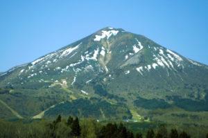 春の磐梯山