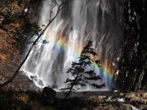 虹がかかった安の滝 北秋田市