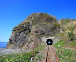日高本線と岩山